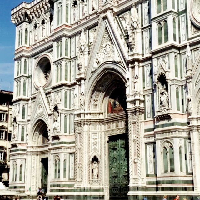 Meet me at the duomo where there's sun, horses and melted gelato! #hyperlapse #florence
